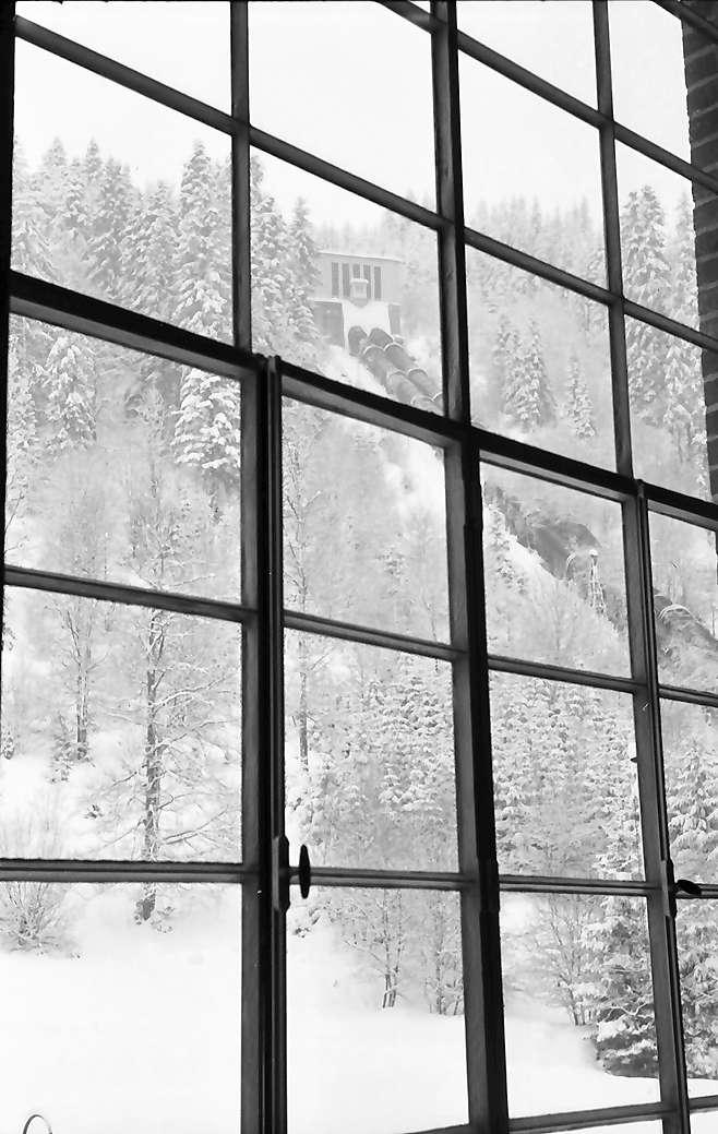 Häusern: Schluchseewerk; Turbinenhalle; hohes Fenster mit Rohrleitungen, Bild 1