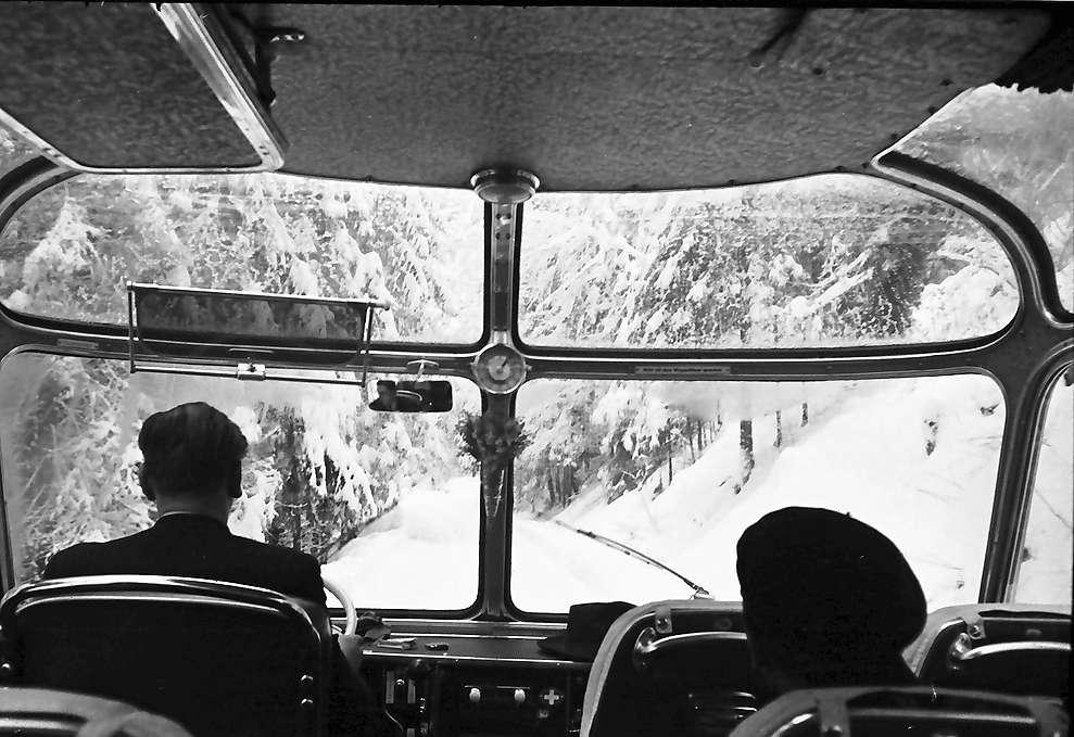 Häusern: Schluchseewerk; im Autobus auf verschneiter Straße, Bild 1