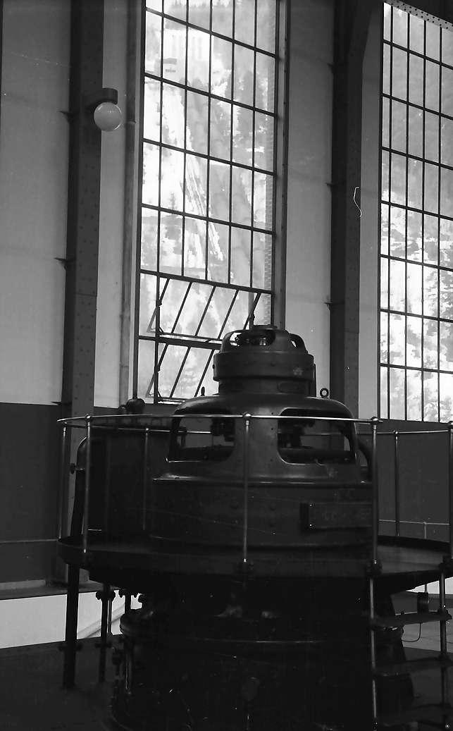 Häusern: Generator und Fensterdurchblick auf Rohrleitung, Bild 1