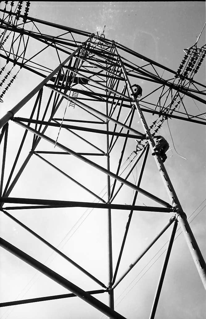 Laufenburg: Leitungen werden an Hochspannungsmast gezogen, Leute beim Herabsteigen, Bild 1