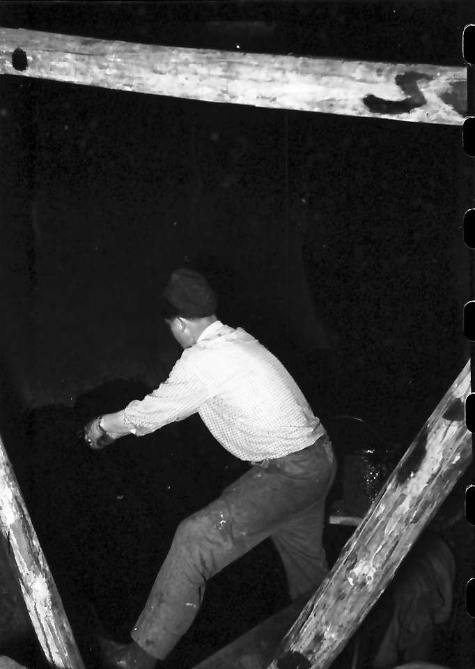 Häusern: Arbeiter streicht Dichtung auf, Bild 1