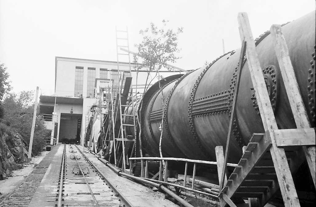 Häusern: Rohrleitung neben der Seilbahn, Bild 1