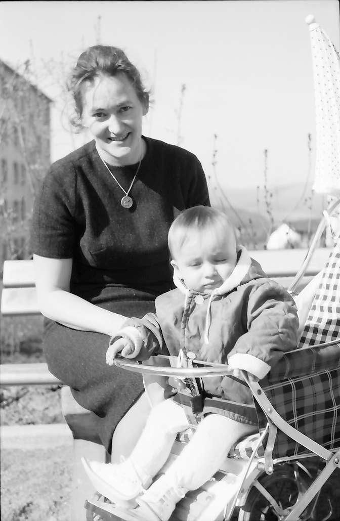 Lörrach, Salzert: Frau aus der Siedlung mit Jugen, Bild 1