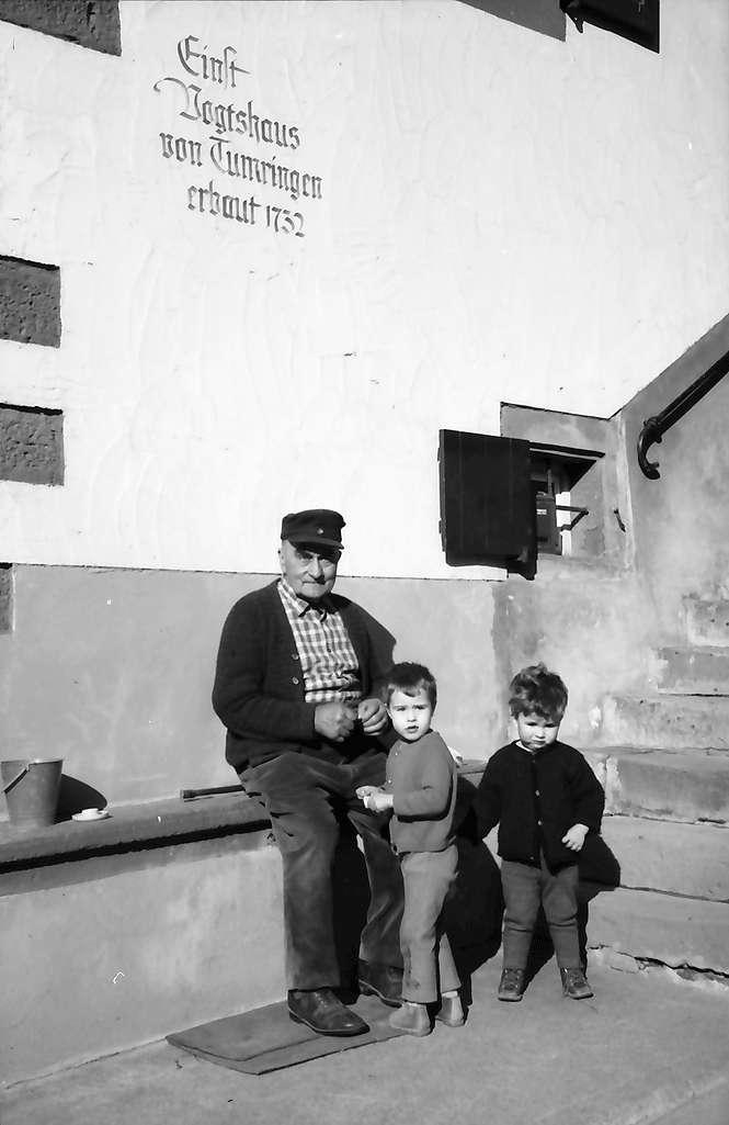 Lörrach, Tumringen: Alter Mann und zwei Kinder am Vogtshaus, Bild 1