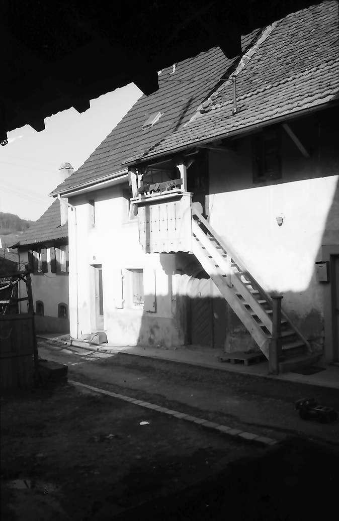 Lörrach, Tumringen: Altes Haus mit Holztreppe zum Erker, Bild 1