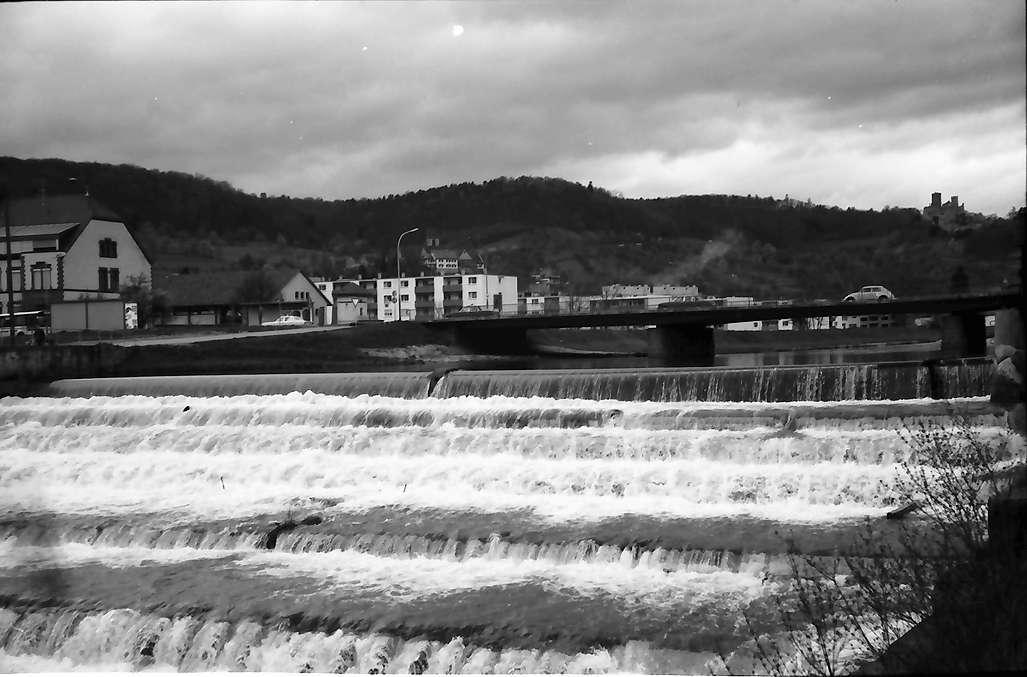 Lörrach: Wehr der Wiese an der Brücke, Hintergrund Rötteln, Bild 1