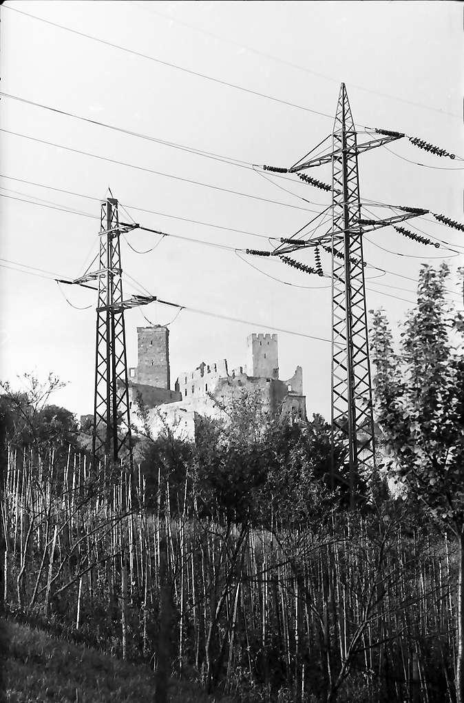 Rötteln: Hochspannungsmast vor der Burg, Bild 1