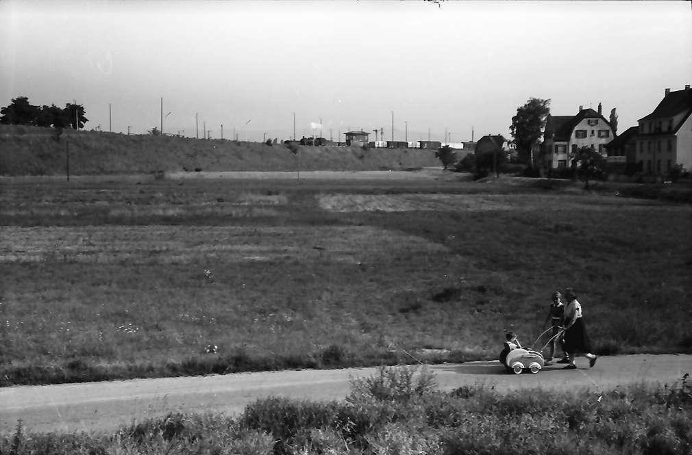 Friedlingen: Gelände der Autobahnstraße: nach Süden Bahndamm, Bild 1