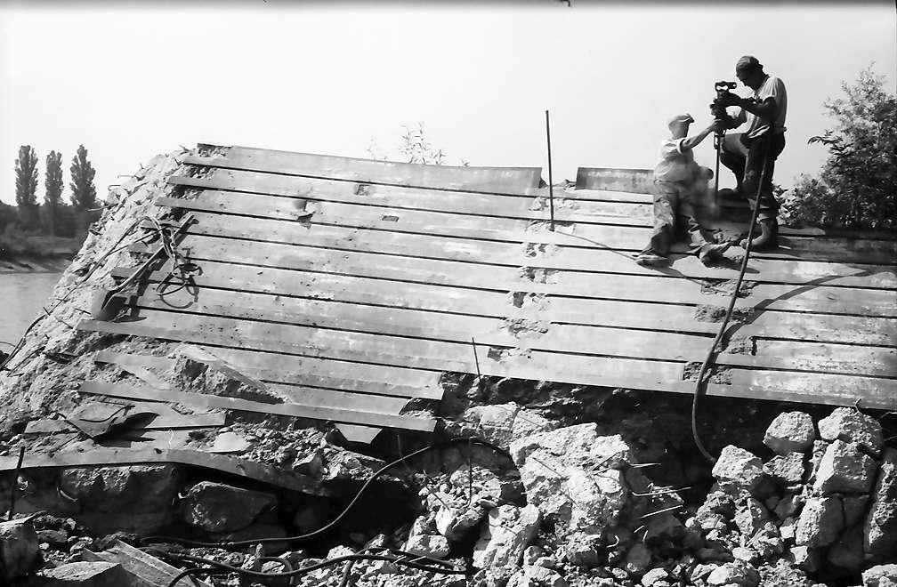 Eimeldingen: Bunkerknacker beim Bohren von Sprenglöchern, Bild 1