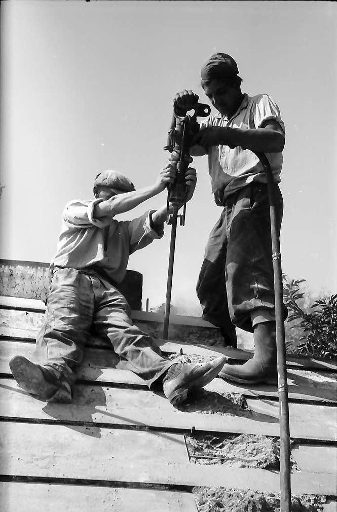 Eimeldingen: Bunkerknacker beim Bohren von Sprenglöchern, groß, Bild 1