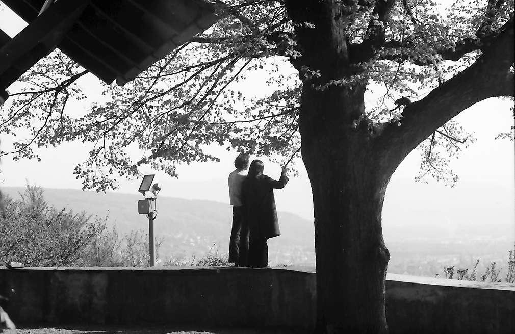 Lörrach, Tüllingen: Paar auf der Kirchenmauer, Bild 1
