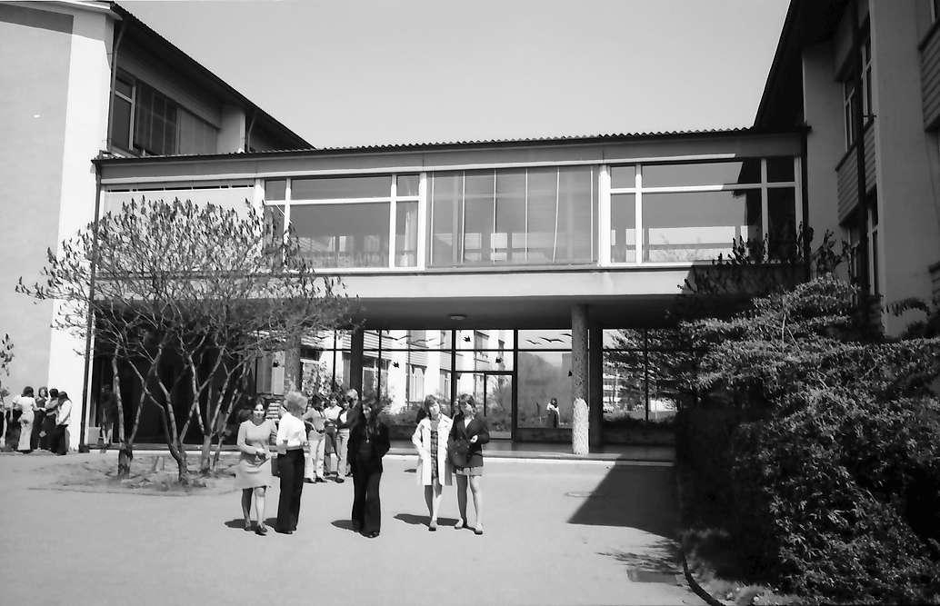 Lörrach, Tüllingen: Trakte der Handelsschule mit Übergang, Bild 1