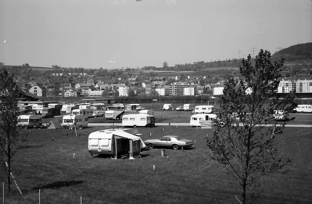 Lörrach, Tüllingen: Campingplatz ohne Vorderund durch Schulfenster, Bild 1