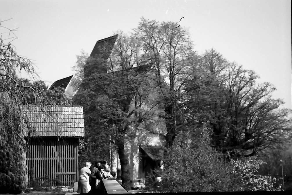 Lörrach, Tüllingen: Platz (Garten) vor der Kirche, Bild 1