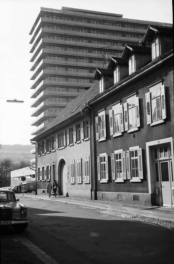 Lörrach, Tüllingen: Straße mit Hochhaus, Bild 1