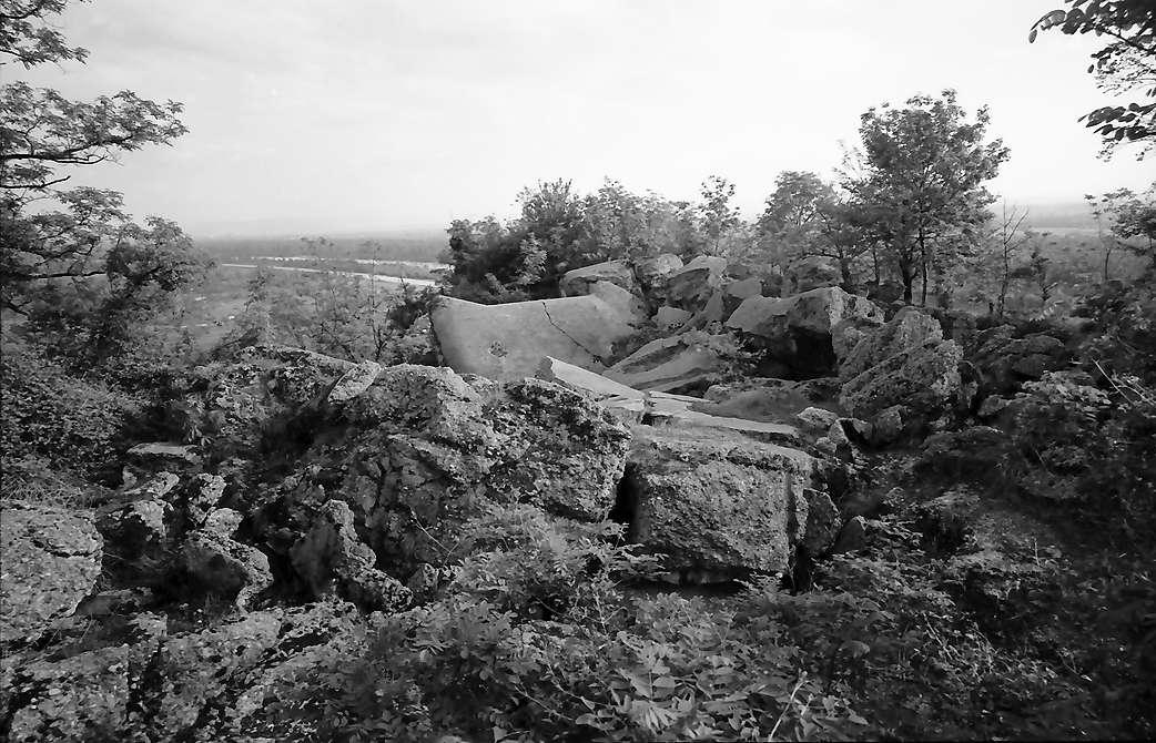 Istein: Bunkertrümmer auf dem Klotz, Bild 1