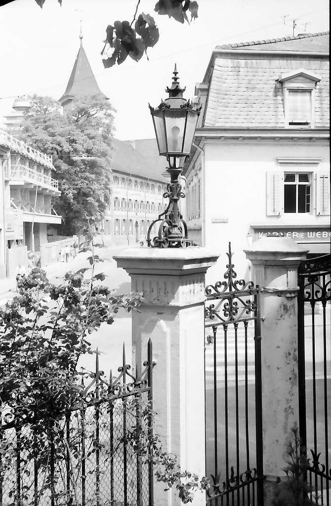 Lörrach: Hebelgymnasium, Vordergrund Laterne (Villa Aichele), Bild 1