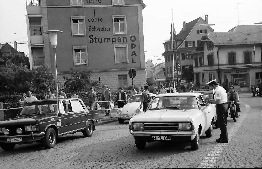 Lörrach, Stetten: Grenzübergang mit deutschen Zöllnern, Bild 1
