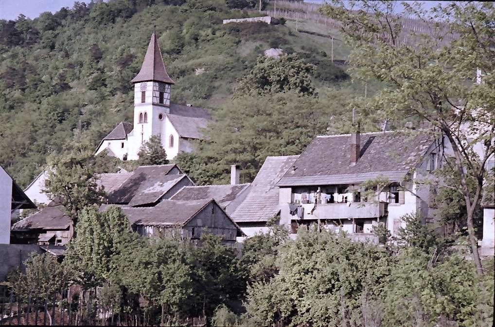 Kleinkems: Kirche und Häuser am Hang, Bild 1