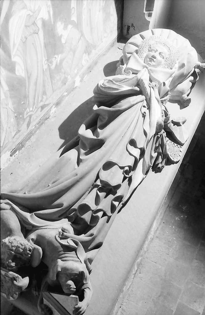 Rötteln: Figur auf Grabplatte, Frauengestalt, liegend, Bild 1