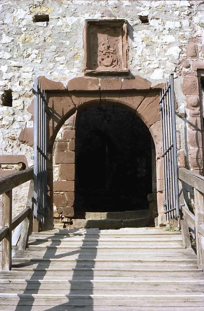 Rötteln: Burgtor mit Wappen, von innen, Bild 1