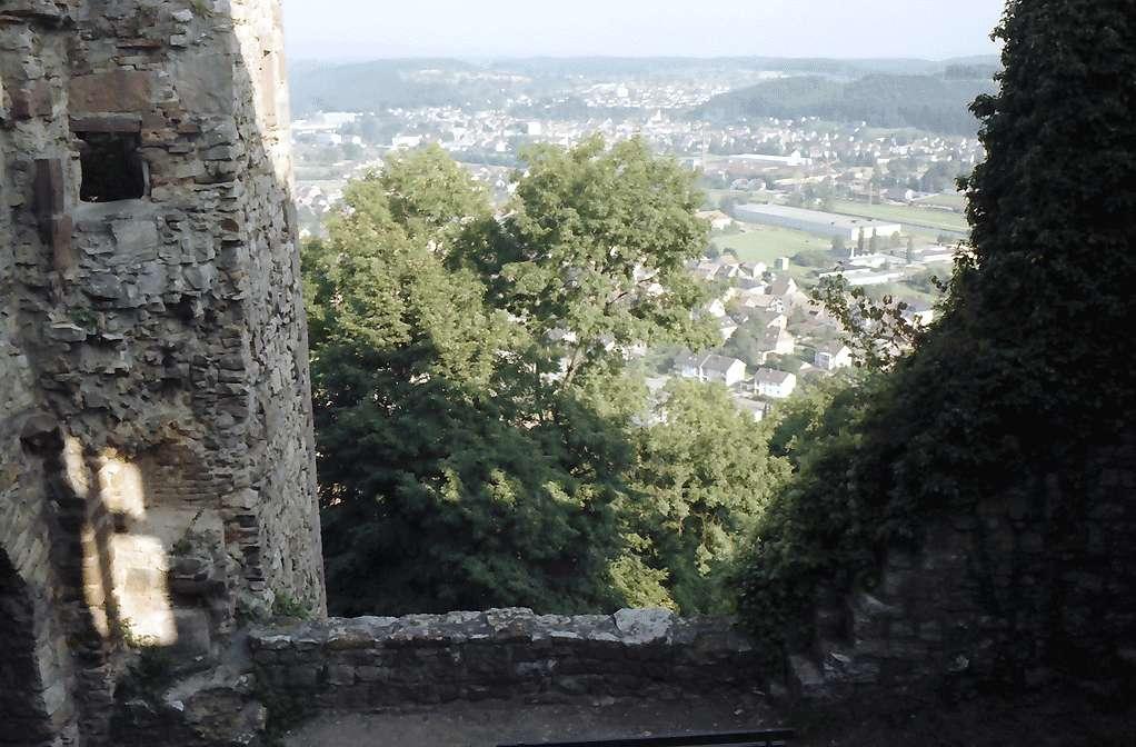 Rötteln: Durchblick zwischen Gemäuer auf Wiesental, Bild 1