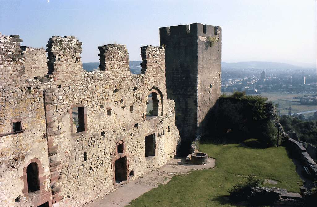 Rötteln: Burgfassade und Turm, Westseite, Bild 1