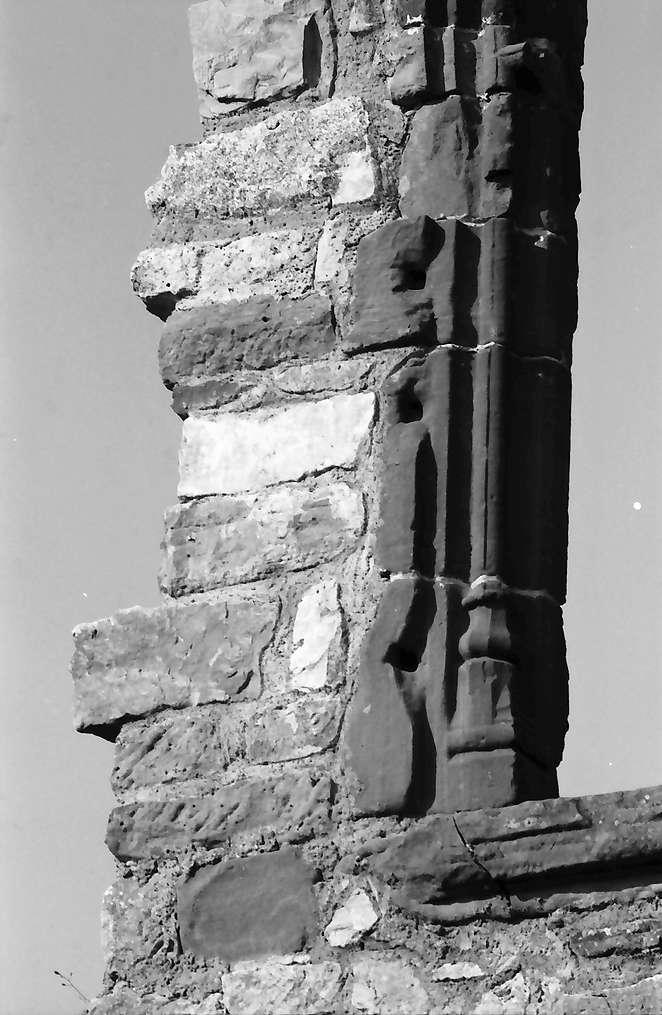 Lörrach, Haagen: Burg, gotisches Fenster, Detail am Sims, Bild 1