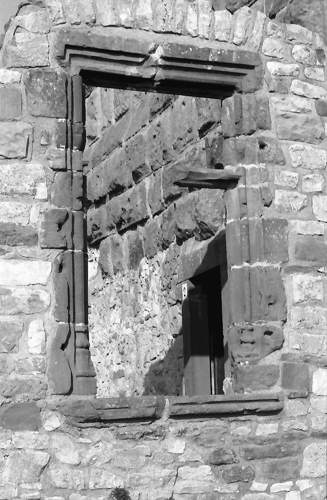 Lörrach, Haagen: Burg, gotisches Fenster, Bild 1