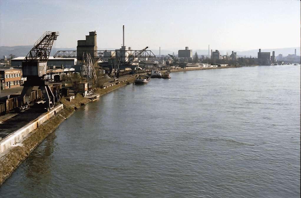 Weil: Rheinhafen Richtung Basel (Schweiz), von der Palmrainbrücke, Bild 1