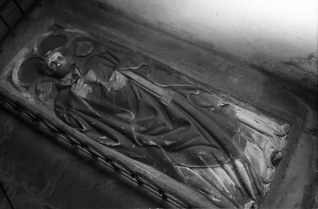 Rötteln: Figur auf Grabplatte, Bild 1
