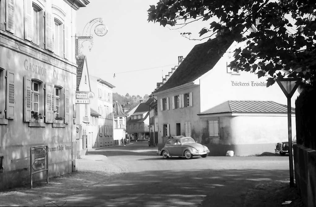 Steinen im Wiesental: Kurve in der Ortsdurchfahrt, linke Seite mit Gasthof (links), Bild 1