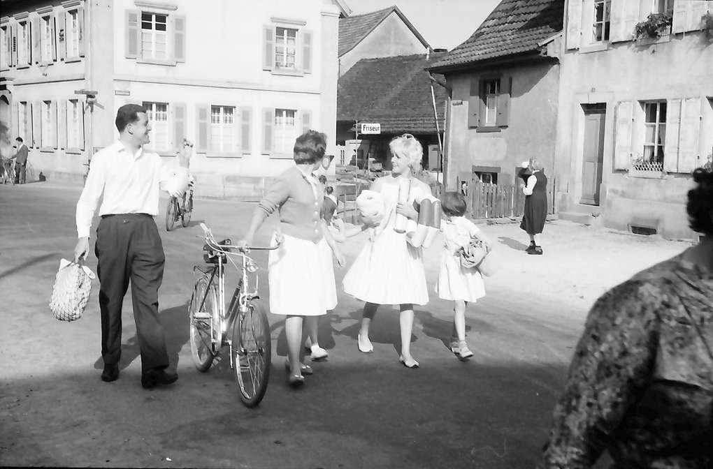 Hauingen: Familie mit Kindern und Fahrrad, Bild 1