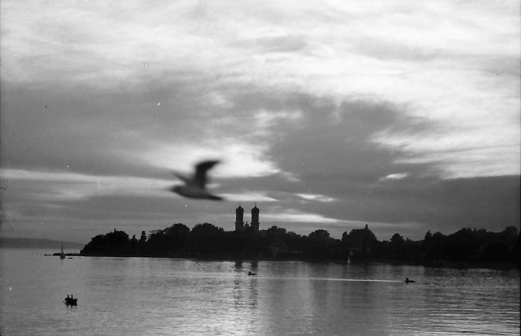 Friedrichshafen: Gewitterstimmung auf dem Bodensee, auf der Fahrt von der Mainau bis Lindau,Türme der Kirche als Silhouette, Bild 1