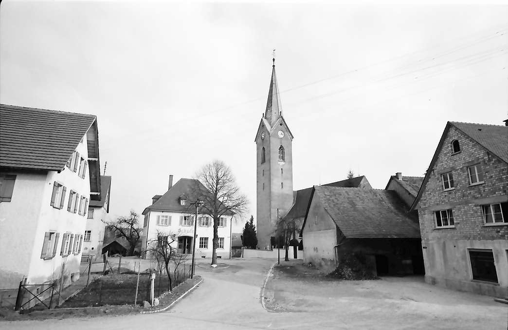 Eriskirch: Straße und Kirche, Bild 1