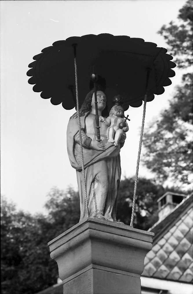 Sipplingen: Madonna unter dem Schirm auf Brunnen, groß, Bild 1
