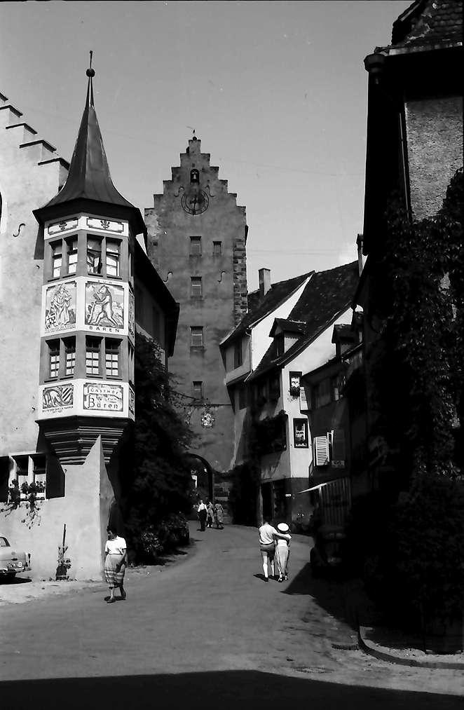 Meersburg: Gasse mit Erkerturm, Hintergrund Tor, Bild 1