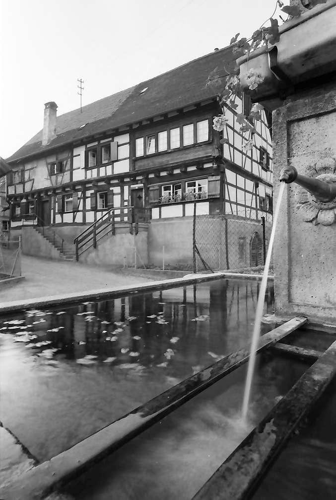 Sipplingen: Altes Fachwerkhaus, Vordergrund Brunnen, Bild 1