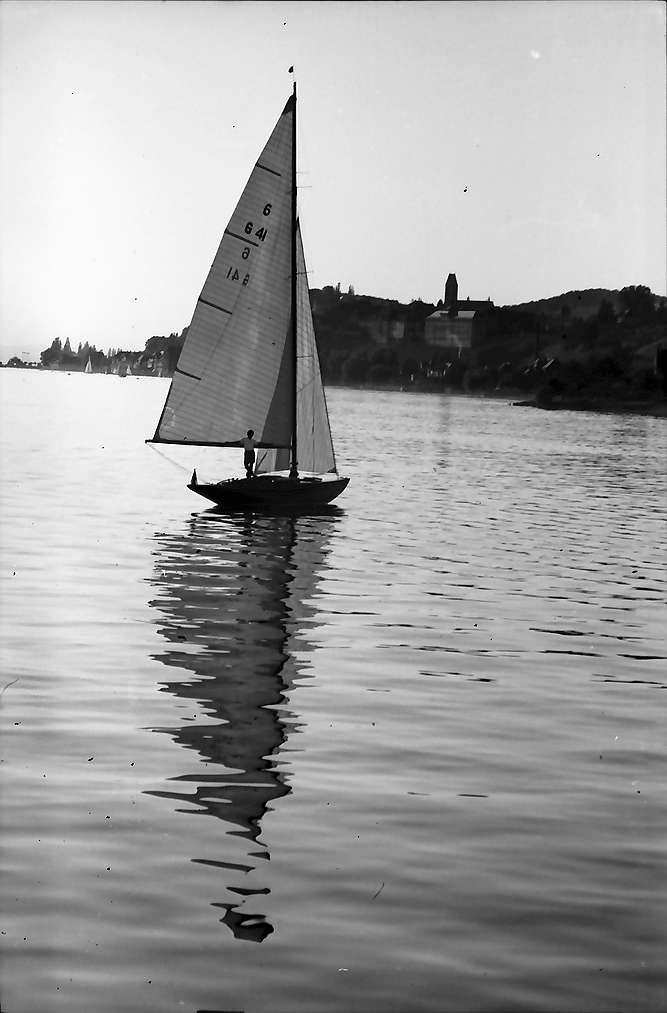Hagnau: Segelschiff bei Hagnau, Hintergrund Ufer, Bild 1