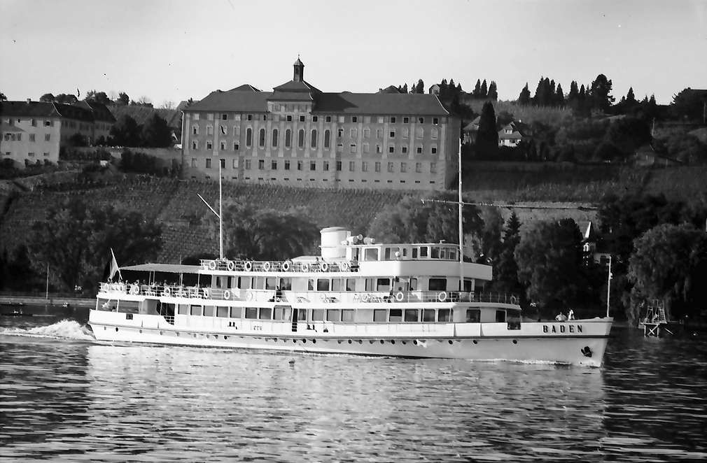 """Hagnau: Blick vom See auf Hagnau, Vordergrund Motorschiff """"Baden"""", Bild 1"""