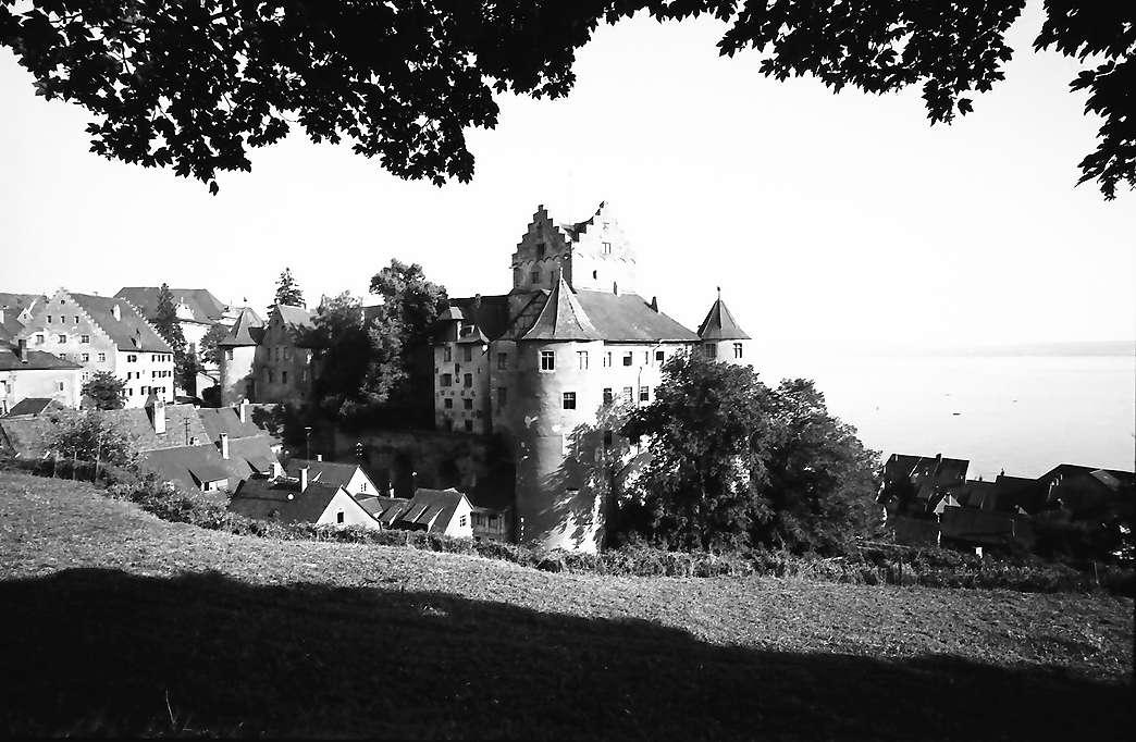 Meersburg: Schloss von der Straße mit See, Bild 1
