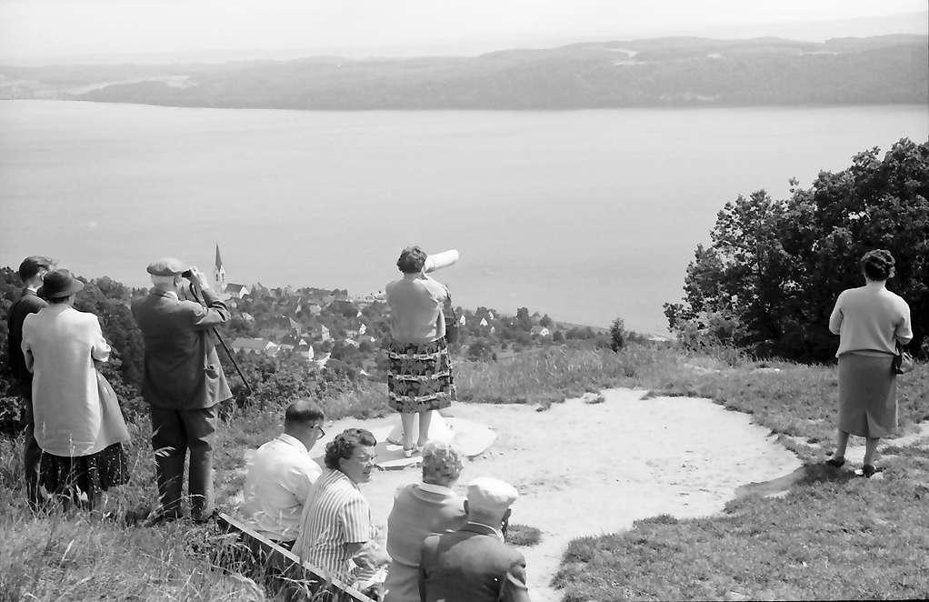 Überlingen, Haldenhof: Blick am Haldenhof auf Landschaft und See, Vordergrund sitzende Leute, Bild 1