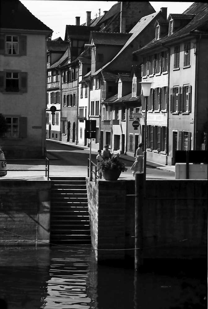 Überlingen: Hafenstraße mit Treppe zum Hafen im Vordergrund, Bild 1