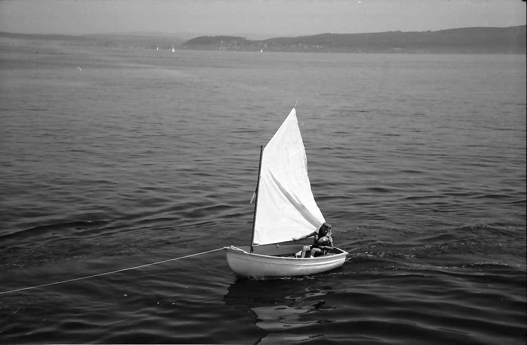 Staad: Kleiner Junge im Segelboot, Bild 1