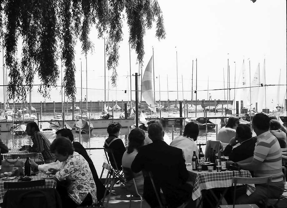 Staad: Gäste in Gartenwirtschaft am Segelhafen, Bild 1