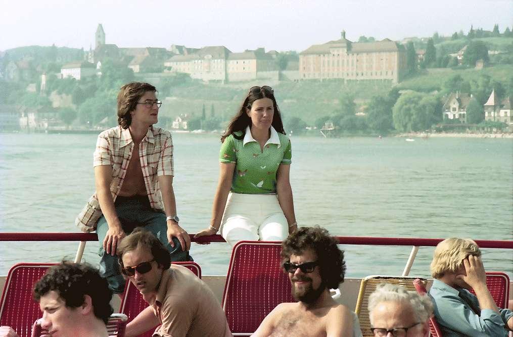Meersburg: Mädchen an Deck des Schiffes, Hintergrund Meersburg, Bild 1