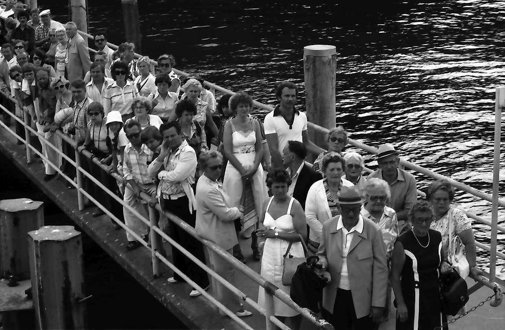Mainau, Insel Mainau: Wartende Menschen auf Anlegesteg, Bild 1