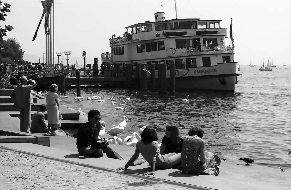 Überlingen: Bodenseeschiff am Kai mit Publikum, Bild 1