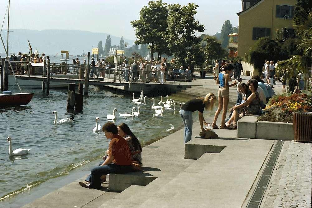 Überlingen: An den Stufen zum See am Hafenplatz, Bild 1