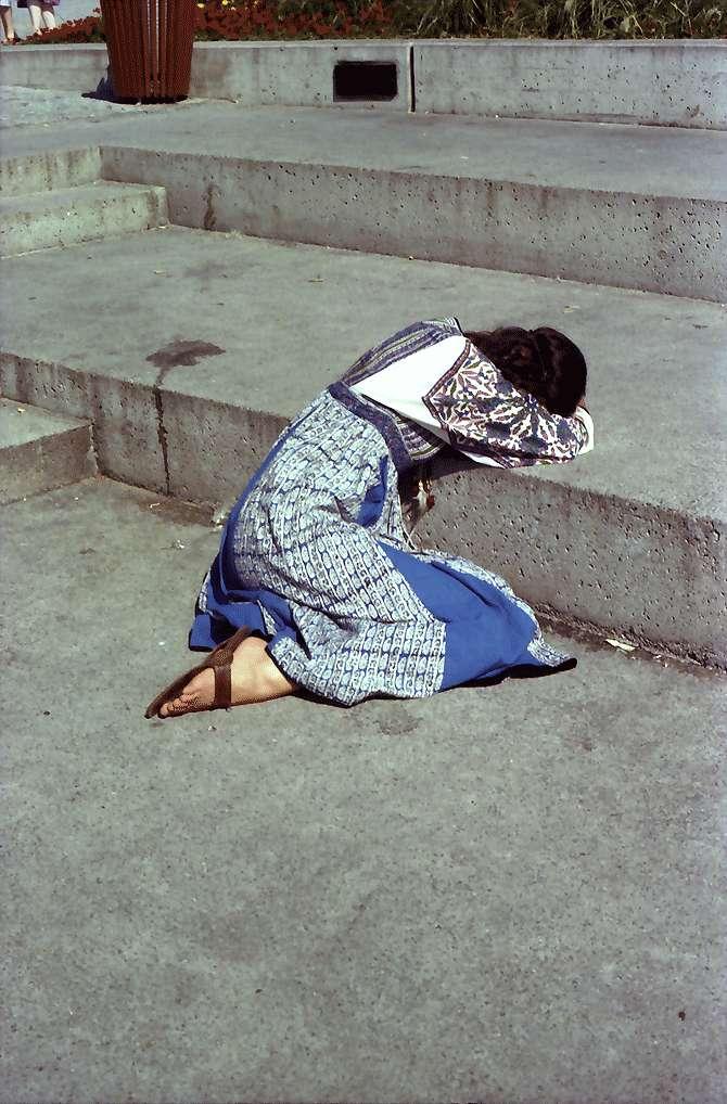 Überlingen: An den Stufen zum See am Hafenplatz, schlafendes Mädchen, Bild 1